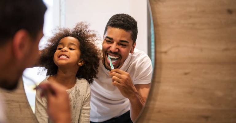 Vader en dochter poetsen tanden